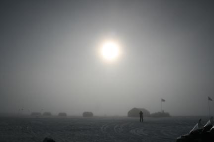 O Sol sob a estação NEEM, na Groenlândia, de onde vêm as notícias das supertempestades solares do passado. (Crédito: Raimund Muscheler)