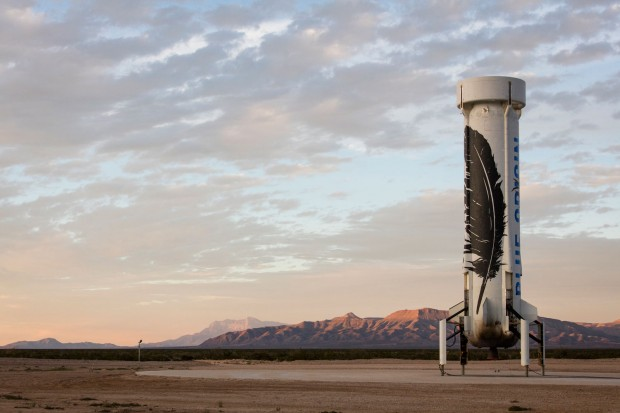 O foguete New Shepard, após o pouso histórico realizado na segunda-feira, no Texas. (Crédito: Blue Origins)