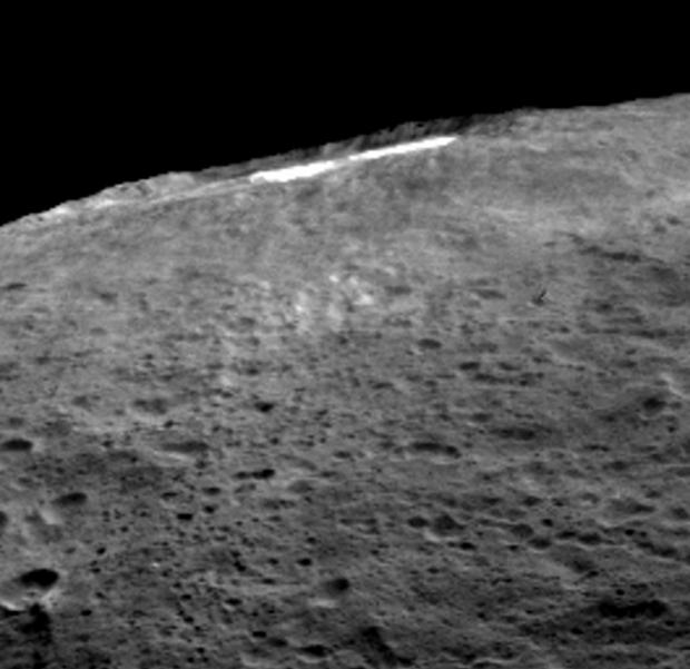 A vista de Occator no horizonte revela a névoa de vapor d'água sobre a cratera (Crédito: Nasa)