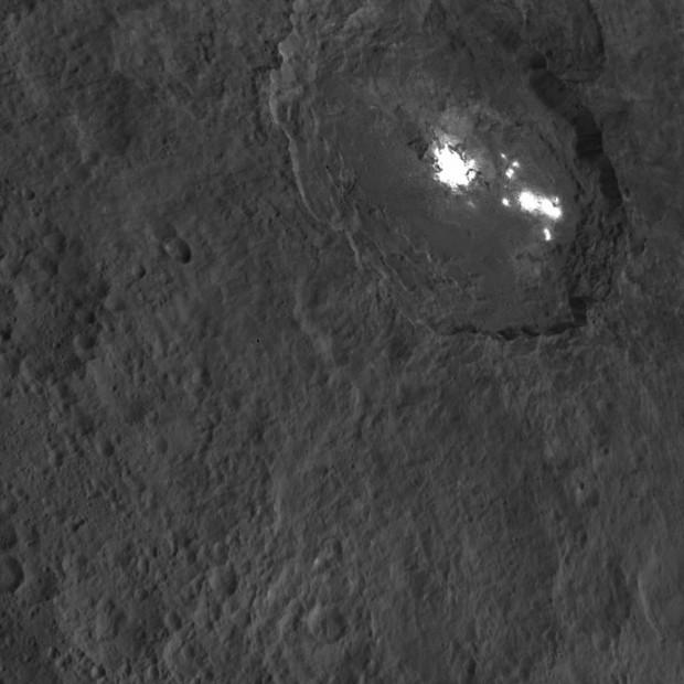 Os misteriosos pontos brilhantes de Ceres, na cratera Occator, em nova imagem da Dawn (Crédito: Nasa)