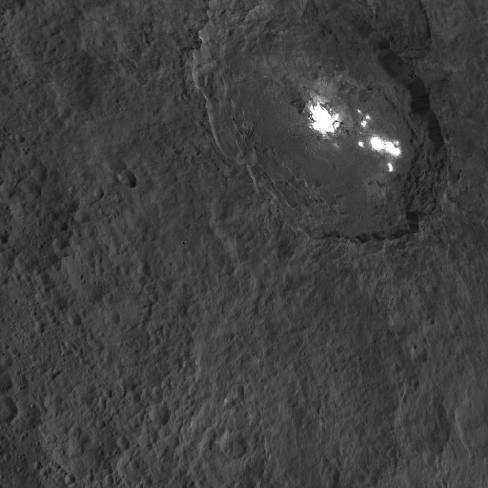 Os misteriosos pontos brilhantes de Ceres, na cratera Occator, em imagem da Dawn (Crédito: Nasa)