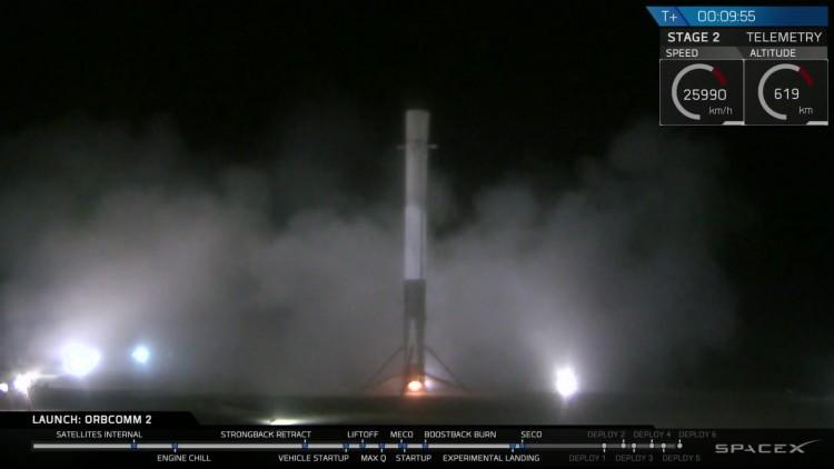 Primeiro estágio do Falcon-9 pousa na Flórida no fim da noite desta segunda (21), após lançar 11 satélites ao espaço. (Crédito: SpaceX)