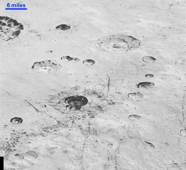 Terreno esburacado ao norte da Sputnik Planum, com crateras de vários tamanhos. (Crédito: Nasa)