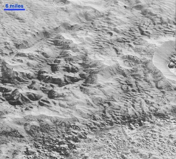 """As """"Badlands"""" de Plutão, em imagem de alta resolução da New Horizons. (Crédito: Nasa)"""
