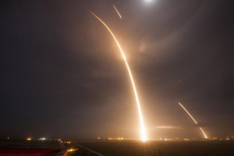 Fotografia com exposição contínua mostra a queima do Falcon 9 na subida e os disparos do motor para o pouso bem-sucedido (Crédito: SpaceX)