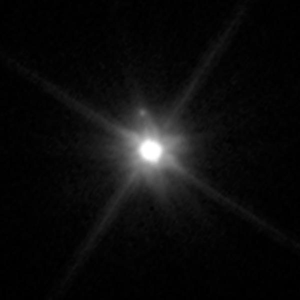 Imagem do Hubble revela a pequena lua de Makemake, que figura como nada mais que um pequeno ponto brilhante (Crédito: Nasa/ESA/STScI)