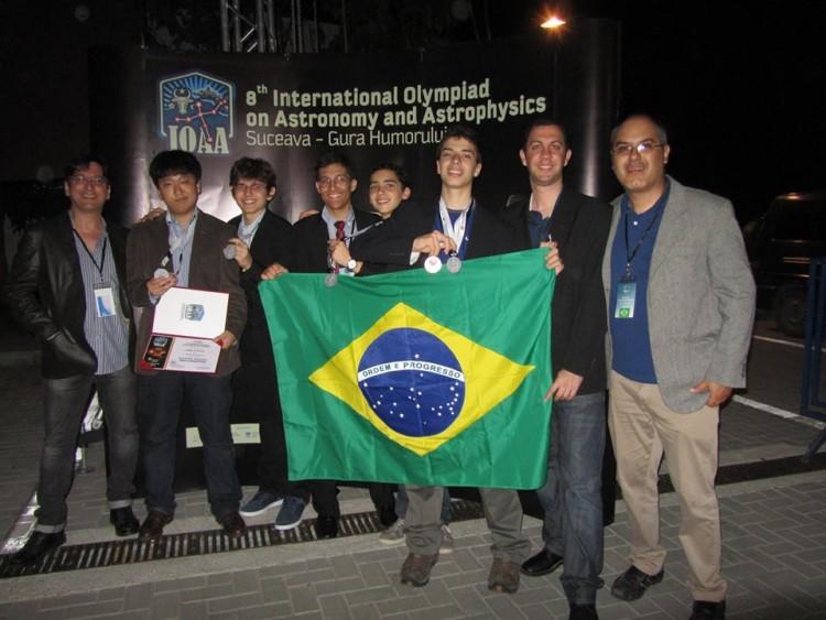 """Delegação brasileira na Olimpíada Internacional de Astronomia e Astrofísica de 2014; nossos moleques vão bem, e tudo começa com a OBA, que """"revela"""" os nossos pequenos astrônomos. (Crédito: Divulgação)"""