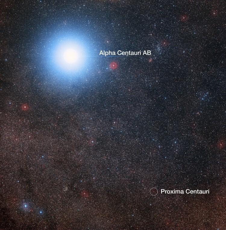 Alfa Centauri A e B são a estrelona brilhante e aparecem como uma só na imagem; pequenina, abaixo, Proxima Centauri (Crédito: ESO)