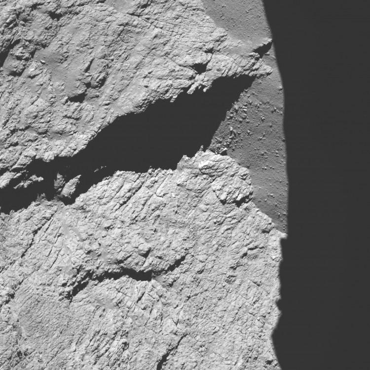 Imagem colhida pela câmera OSIRIS a 11,7 km do cometa e recebida às 2h25 (Crédito: ESA)