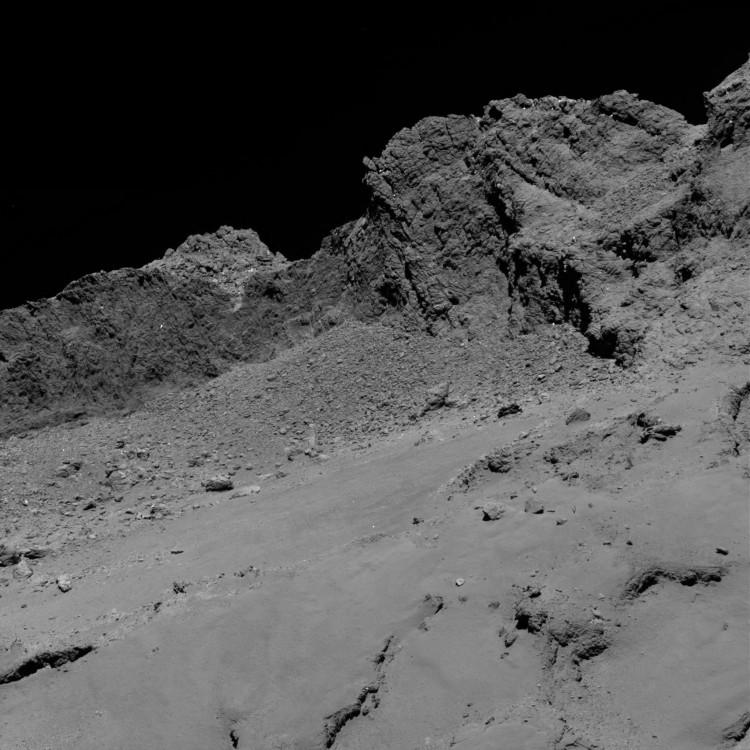 A superfície do cometa vista pela câmera OSIRIS, da Rosetta, durante a descida, a 16 km de altitude. (Crédito: ESA)