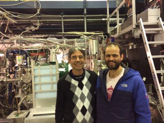 Claudio Lenz Cesar (à esquerda) recebe a visita de Roberto Moreno no Alpha, no Cern, em outubro (Crédito: Alpha-Brazil)