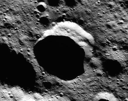 Uma das crateras de Ceres que serve como reservatório de água; a luz solar nunca bate no fundo. (Crédito: Nasa)