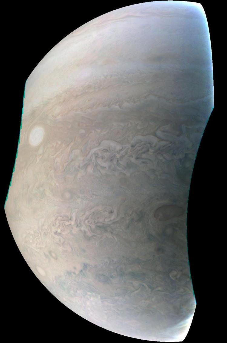 Imagem feita pela JunoCam a 24.600 km do topo das nuvens de Júpiter. Crédito: Nasa