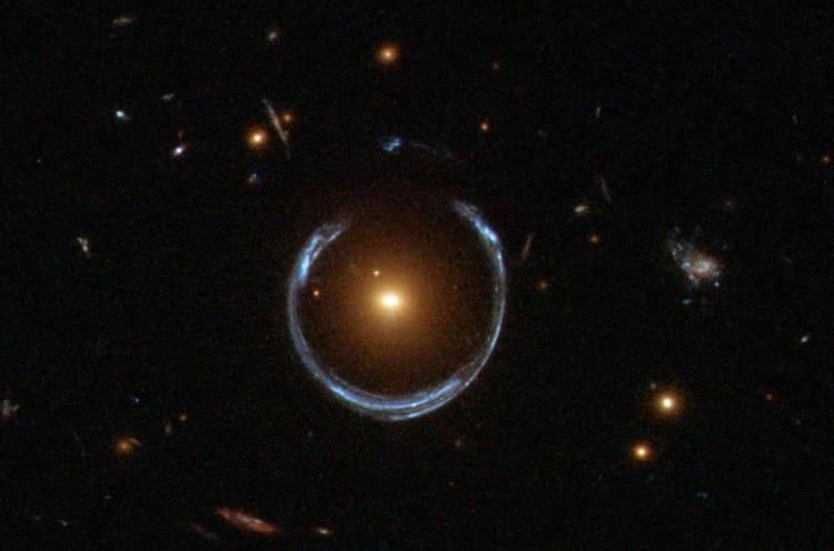 Lente gravitacional registrada pelo Hubble produz um anel de Einstein. Ou seria um anel de Verlinde? (Crédito: Nasa/ESA)