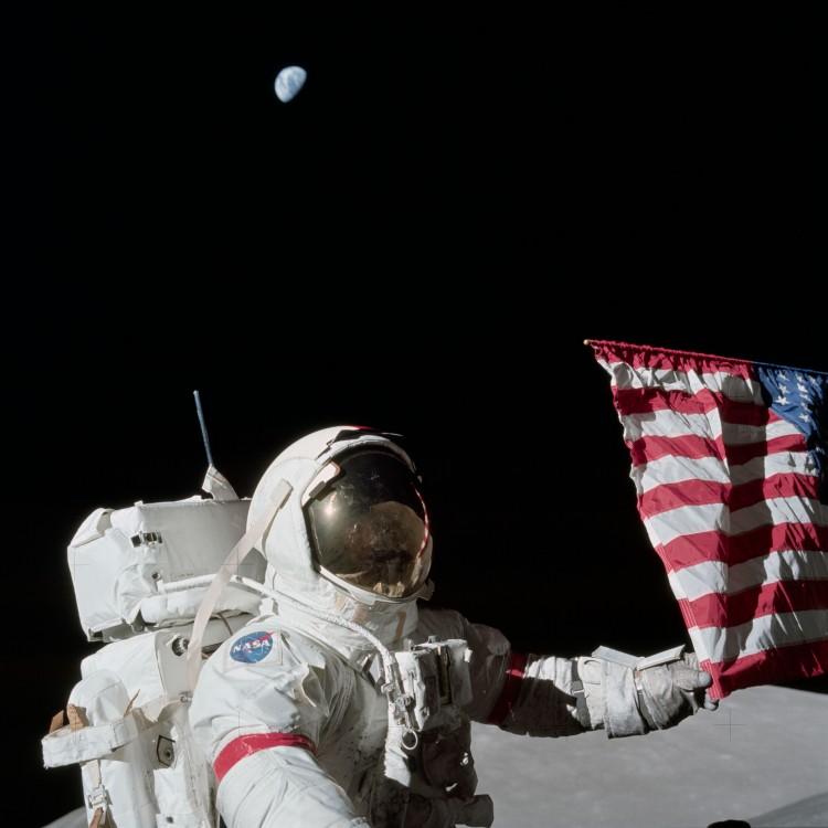 Gene Cernan com a bandeira americana na superfície da Lua, em 1972. (Crédito: Nasa)