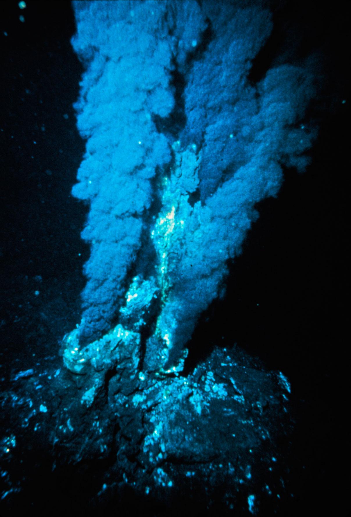 e98093879b Fumarolas negras no fundo do oceano Atlântico; ambiente é similar ao do  registro fóssil encontrado. (Crédito: NOAA)