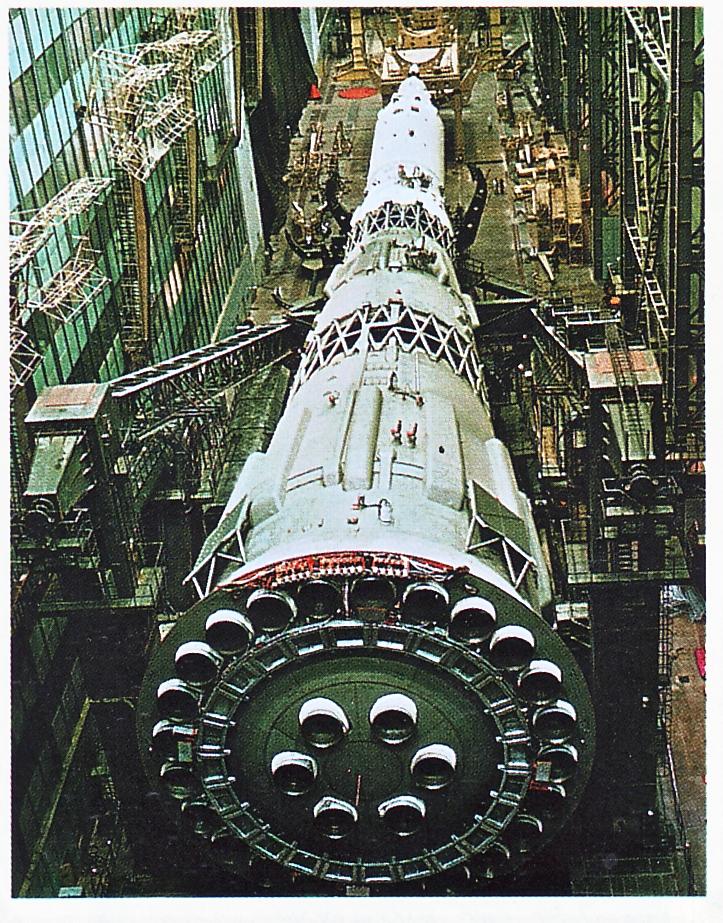 Essencialmente, 30 motores de foguete estavam localizados na base do N-1. Isso exigiu muita atenção aos detalhes - todos deveriam iniciar e ser disparados ao mesmo tempo.