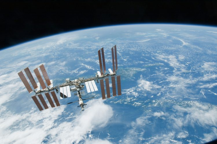Estação Espacial Internacional fotografada em órbita por um ônibus espacial. (Crédito: Nasa)