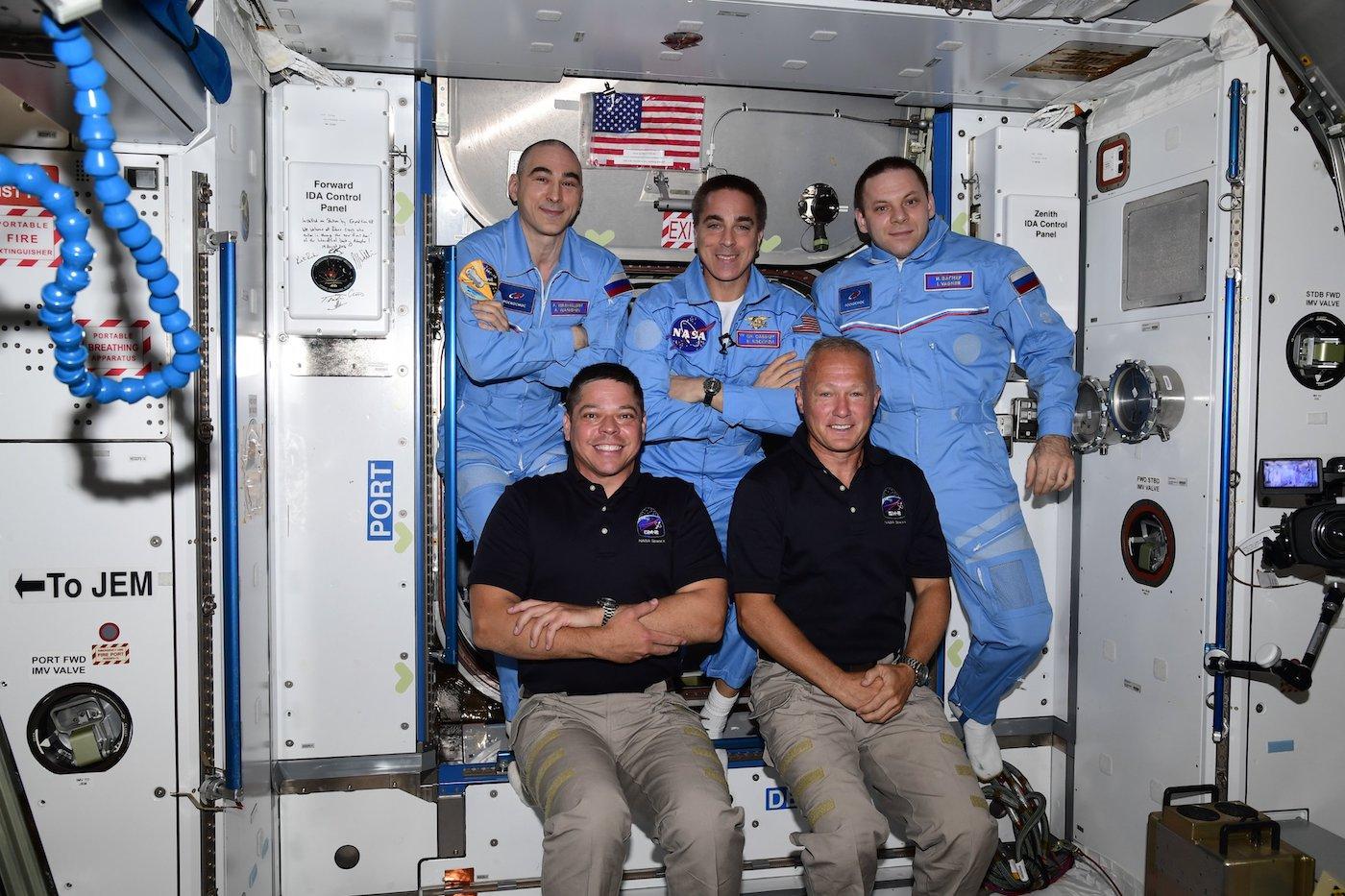 Tripulação da Crew Dragon Endeavour chega à Estação Espacial Internacional